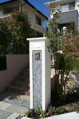 門柱の石材タイルと床材は同色で