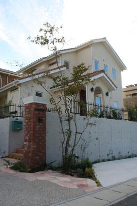 門周りの全景。屋根の色と角柱の色を合わせ統一感を