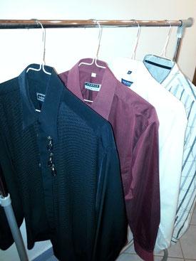 Fertige Hemden auf der Kleiderstange