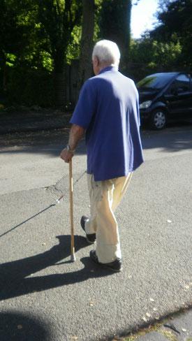 Selbst in hohem Alter ist noch vieles möglich: hier ein 89-jähriger Mann im Training: mit Langstock (re.) und Stützstock (li.) mobil zum Ziel.