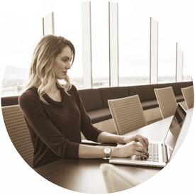 assurance pro professionelle ordinateur mutuelle entreprise office bureau femme violet chemise table baie vitré montre chaise réunion seule comparatif comparaison
