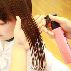 髪の損傷度が高い方には、カラーやパーマの施術時に毛髪保護剤を使用。ダメージを最小限に抑えます。