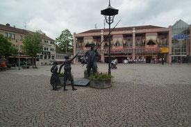 Marktplatz von Dudweiler, Hintergrund Dudogalerie