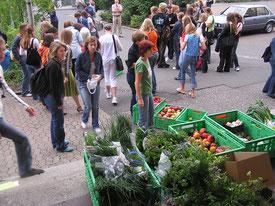 die Schüler bringen Obst, Gemüse und Kräuter mit