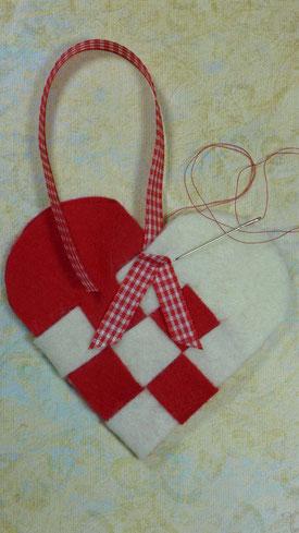 Geflochtene Herztasche aus  Filz als Geschenkverpackung - Taschenhenkel und Banner