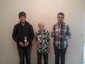 V.l.n.r.: Florian Ostenried (3.), Gregor Protschka (2.), Simon Bogner (1.), alle SK Buchloe