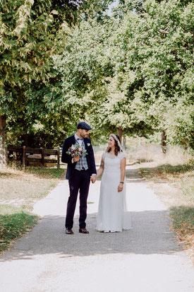 Braut und Bräutigam gehen gemeinsam zur Kirche