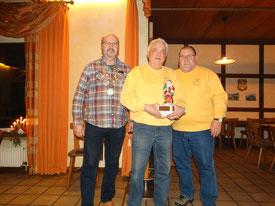 v.l. Grünkohlkönig Udo Anklam, den Gewinner des  Nikolauswanderpokals Dieter Raquet und Kassenwart Burkhard Balkenhol