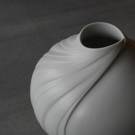 白妙彩磁壺:晩香窯の庄村久喜が制作したシルクの光沢をもつ白磁の壺。アシンメトリーなデザインが美しい