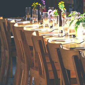 boire un verre ou partager un bon repas autour de l'auberge entre causses et cévennes