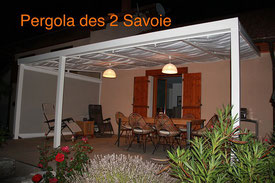 Donner du charme à votre terrasse en installant une pergola aluminium. Ce type de toit de terrasse en alu est disponible en différents coloris