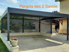 Les carports en fer forgé pourront aussi bien servir d'abri voiture - sa vocation initiale - que d'abri terrasse où, éventuellement, dresser une table à manger l'été venu.