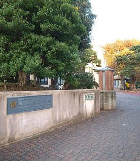 ●キャンパス正門の右手に科学博物館の入口がある