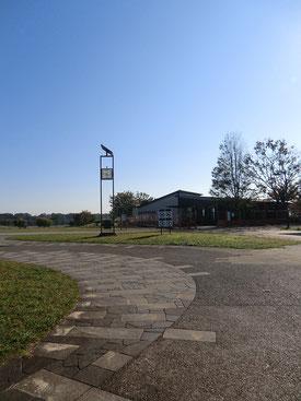 ●奥に見えるのが新サービスセンター(管理事務所)。出来たばかりで、まだフェンスで囲まれています。
