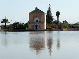 Ruheoase in Marrakesch: Pavillon im Jardin Menara, UNESCO Park mit Olivenplantage. Mit ET.Voilà Sprachferien