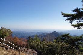 12:00 日の出山到着。ここで昼食休憩。良い天気なので遠くまで見渡せます!