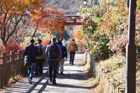 山頂駅から御岳神社へ向けて歩き始めます。素晴らしい紅葉です。