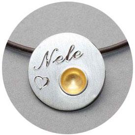 Bild:Taufschmuck,Anhänger in Silber,runde Scheibe mit einer Schale in der Mitte,mit einer Goldkugel  auf dem Rand,1,9mm ,Silber