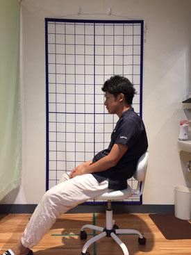 悪い座り方の写真