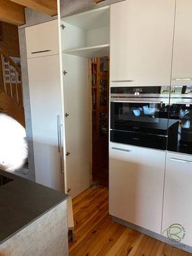 Speisekammertür im Küchenhochschrank, Kücheninsel mit Muldenlüfter, Küche mit integrierter Speisekammer, Schranktür im Hochschrank, Kücheninsel mit Hochschrankzeile u. integrierter Speisekammertür, Küche in Betonoptik, offene Inselküche mit versteckter Sp