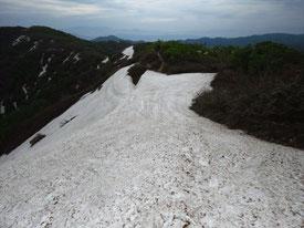 前方中央に夏道。危ない残雪ではありません。