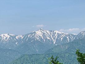 ▲木々の合間に設けられた展望場所からは大朝日岳が美しい姿を見せる