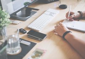 Schreibtischarbeit gehört zu Webdesign, SEO und Analyse dazu