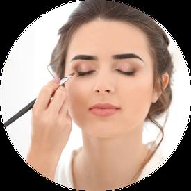 Make-Up, Frau wird geschminkt