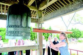 外国人観光客も参加した平和の鐘の鐘打式=15日