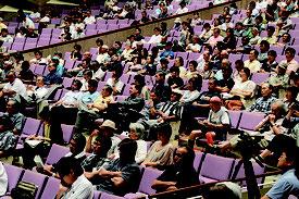 自衛隊配備の公開討論会が開かれ、多くの市民が参加した=28日夜、石垣市民会館大ホール