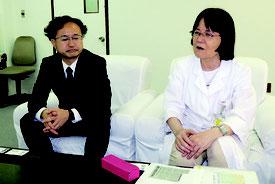 八重山病院脳神経外科に着任した安達忍医師(左)と依光院長(右)=1日午後、同院
