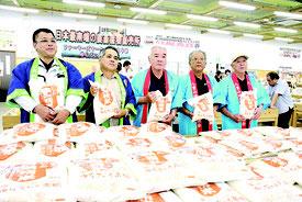 石垣二期米発売が開始された=1日朝、JAファーマーズマーケットやえやま「ゆらてぃく市場」