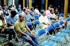 温泉ホテル計画に関する住民説明会が開かれた=18日夜、まちなみ館