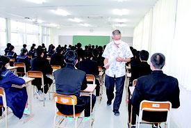 2018年度県立高校一般入試が始まった=6日、八重山高校