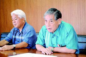 離島割引の適用継続決定を受け記者会見する漢那副市長(右)と大得企画部長=27日午後、市役所
