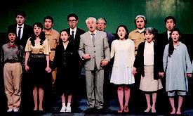 舞台劇終盤での出演者による歌唱シーンの様子。被害者の帰国には、国民的関心の高まりが必要=10日夜、宜野湾市民会館