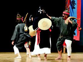 豊年祭でおなじみの「ハディクマイ」が演じられた=17日夜、市民会館大ホール