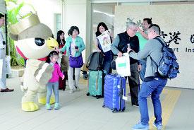チャイナエアライン就航再開の歓迎イベントが行われた=29日午後、石垣市空港国際ターミナル入口
