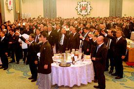 石垣市主催の初春の交歓会で乾杯する参加者=4日午後