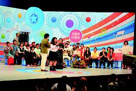 合格を受け、夏川さんらに激励を受ける出場者=3日午後、石垣市民会館大ホール