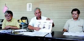 記者会見で、市長の資産報告のあり方を批判する崎枝氏(中央)ら野党市議=15日午後、市議会野党控室