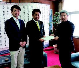 右から荒川委員長、中山市長、松田氏=30日午後、市役所市長室