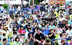 夕方のステージイベントから来場者が増加。音楽に合わせて踊りだすなど盛り上がりをみせた=5日夕、新栄公園