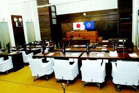 現在の石垣市議会の議場。市役所3階に配置されている=26日午後