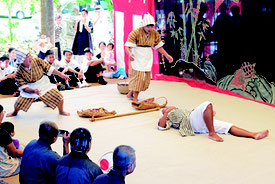芋掘り狂言が面白おかしく演じられた=18日午後、竹富島