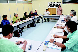 校長会で大田教育長が緑風学園の視察報告を行った=18日、竹富町役場