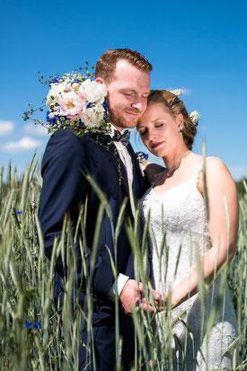 glückliches Brautpaar im Kornfeld - Brautpaarshooting FOTOFECHNER