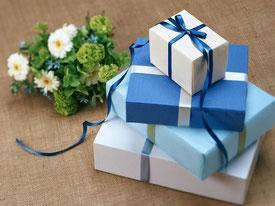 Geschenke gestapelt