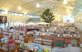 開放的な書架室(伊万里市民図書館)