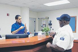 Чтобы поступить на работу в полицию университета Брэду Смиту пришлось выучить язык жестов. Фото из архива автора